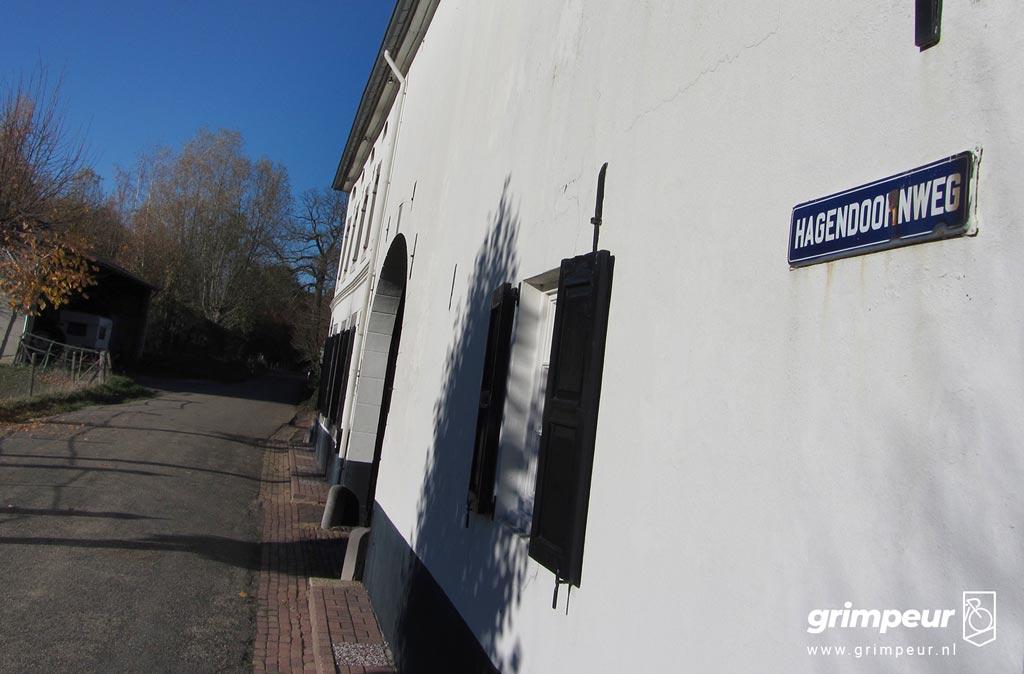 Mooi wit pand aan de voet van de Hagendoornweg