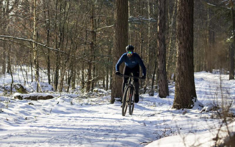 Mountainbiken op een koude winterdag